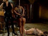 Госпожа развлекается с рабынями