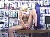 Огромный дилдо в секс-шопе примеряет на себе