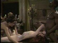 Негр сношается с двумя дамами при свечах