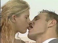 Целует девушку в губы, а потом лижет ей клитор