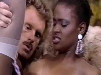 Мужчина вагинально трахает мулатку-гувернантку