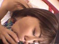 Трахайся с стройной азиаткой на кровати с видом от 1 лица