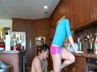 Потащил телку на кухню, чтобы оттрахать ее